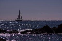 En el horizont un barco fotografía de archivo