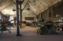 En el interior una tienda del ejército Foto de archivo