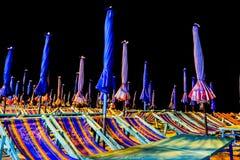 En el lado de la playa de Bangsaen tarde en la noche imagen de archivo