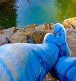 En el lado del lago, un día pacífico, lejos de los ruidos del mundo, el feelinng se relajó fotos de archivo libres de regalías