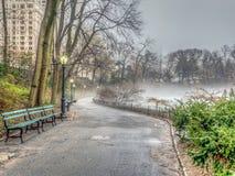En el lago en día de niebla imagenes de archivo