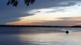 En el lago durante puestas del sol imagen de archivo