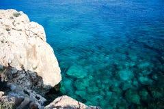 En el mar azul que navega el yate blanco foto de archivo