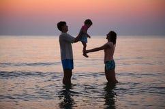En el mar en puesta del sol Imagenes de archivo