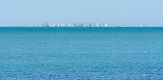 En el mar, navegando muchos veleros Las competencias son dueños de un yate detenidos foto de archivo