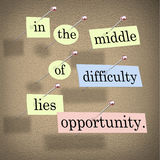 En el medio de dificultad miente la oportunidad Imagen de archivo