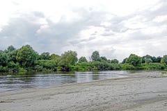 En el medio de verano julio Cielo azul de Pripyat del río alto Nubes blancas Reflexión en el río Fotografía de archivo libre de regalías