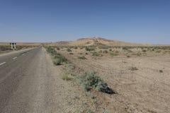 En el medio del desierto de Uzbekistán imagenes de archivo