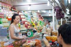 En el mercado de Dalat de la noche, Vietnam Fotografía de archivo libre de regalías