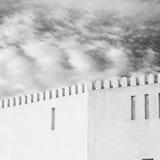 en el moscatel de Omán el cielo defensivo viejo a del battlesment del fuerte Foto de archivo