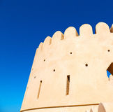 en el moscatel de Omán el cielo defensivo viejo a del battlesment del fuerte Fotos de archivo