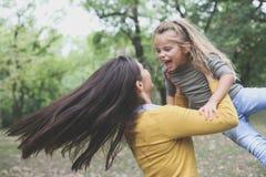 En el movimiento, madre que juega con la hija foto de archivo libre de regalías