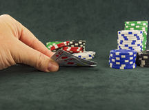 En el paño verde son los microprocesadores del casino y cortan en cuadritos para jugar el póker Fotos de archivo