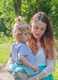 En el parque, en el paseo, la madre y el niño Foto de archivo libre de regalías