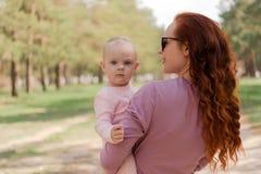 En el parque una madre con una hija fotografía de archivo