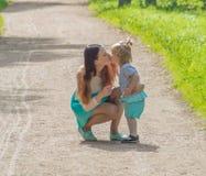 En el paseo, la madre y el niño en el parque Fotos de archivo