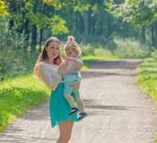 En el paseo, la madre y el niño en el parque Foto de archivo libre de regalías
