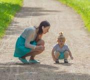 En el paseo, el niño y la madre en el parque Foto de archivo libre de regalías