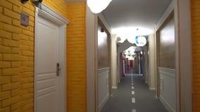 En el pasillo del piso del ` s de los niños de un hotel de cinco estrellas en búlgaro Kranevo metrajes