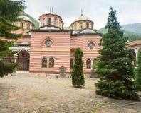 En el patio del monasterio de Rila en Bulgaria Imagen de archivo