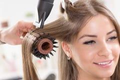 En el peluquero. Fotos de archivo