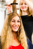 En el peluquero - la mujer consigue nuevo color del pelo Imagenes de archivo