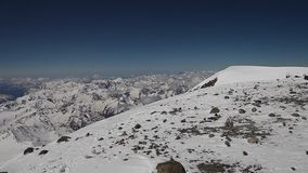 En el pico del este de Elbrus almacen de metraje de vídeo
