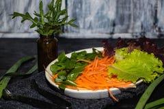 En el plato ligero oblongo son las verduras de la primavera foto de archivo