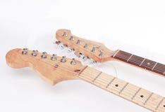 En el primero plano el fretboard de una guitarra acústica aislante imagen de archivo