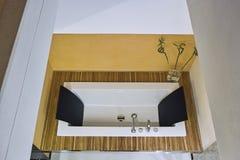 En el primero plano una bañera moderna imágenes de archivo libres de regalías