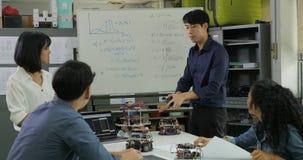 En el profesor de clase de informática que habla con los estudiantes sobre tecnología del robot almacen de metraje de vídeo