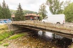 En el puente de piedra en la montaña Koprivshtitsa, Bulgaria Foto de archivo