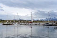 En el puerto de Ushuaia - la ciudad más situada más al sur de la tierra Fotos de archivo