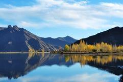 En el río de octubre Lhasa Foto de archivo