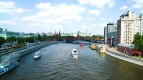 En el río en diversas direcciones que flotan los barcos de placer, en el fondo del puente del camino, el Kremlin metrajes