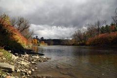 En el río en otoño Foto de archivo libre de regalías