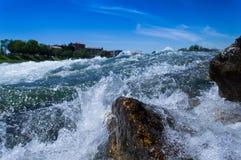 En el río, rocas Imagen de archivo libre de regalías