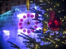23-47 en el reloj de la Navidad y el árbol de abeto en Moscú Fotografía de archivo libre de regalías