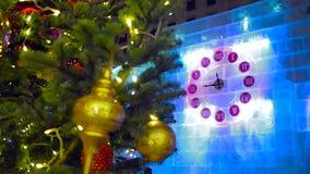 23-45 en el reloj de la Navidad y el árbol de abeto en Moscú almacen de video