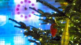 23-53 en el reloj de la Navidad y el árbol de abeto en Moscú almacen de metraje de vídeo
