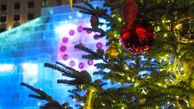 23-50 en el reloj de la Navidad y el árbol de abeto en Moscú almacen de video