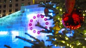 23-55 en el reloj de la Navidad y el árbol de abeto en Moscú metrajes