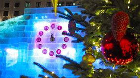 23-56 en el reloj de la Navidad y el árbol de abeto en Moscú almacen de video