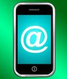 En el símbolo en el teléfono muestra @ el correo electrónico de la En-muestra Imagen de archivo libre de regalías