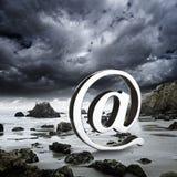 En el símbolo en una playa rocosa Imágenes de archivo libres de regalías