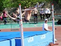 En el salto de altura Imagen de archivo