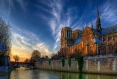 En el Sena en la oscuridad - Notre Dame de Paris Fotos de archivo