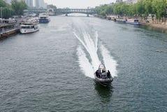 En el Sena monta un barco con los buceadores fotos de archivo