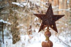 En el sepulcro viejo una estrella oxidada vieja del período soviético, el soldado de ejército rojo se entierra Imagenes de archivo