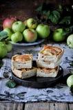 En el soporte es una torta de la cuajada con las manzanas, en rebanadas Manzanas frescas Foto de archivo libre de regalías